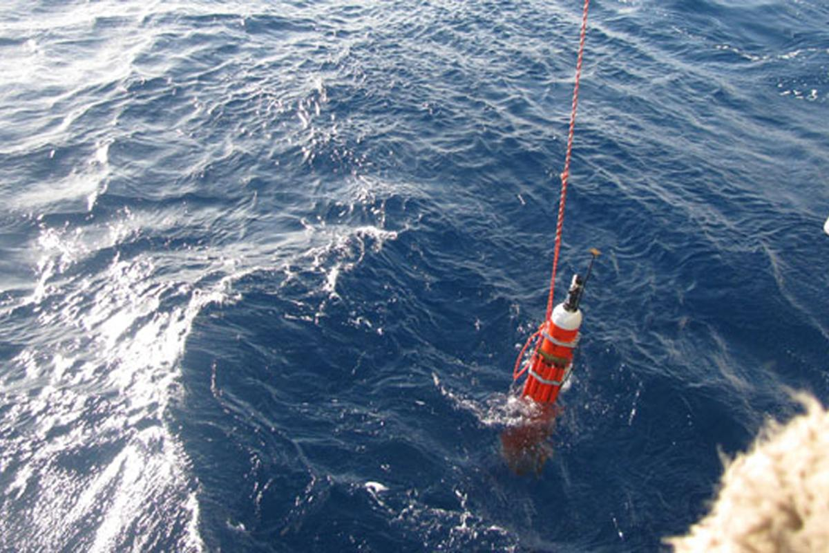 The SOLO-TREC autonomous underwater vehicle is deployed off the coast of Hawaii on an ocean endurance test, November 30, 2009 (Image: NASA/JPL/US Navy/Scripps Institution of Oceanography)