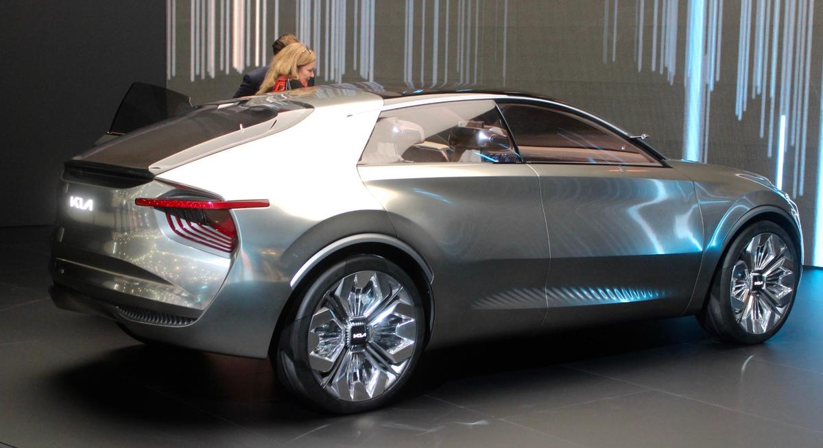 The striking body of theImagine by Kia has had six layers of chrome-effect silver paint applied by hand and then topped with a bronze tint that appears to react to changing light conditions to enhance the vehicle's lines and curves