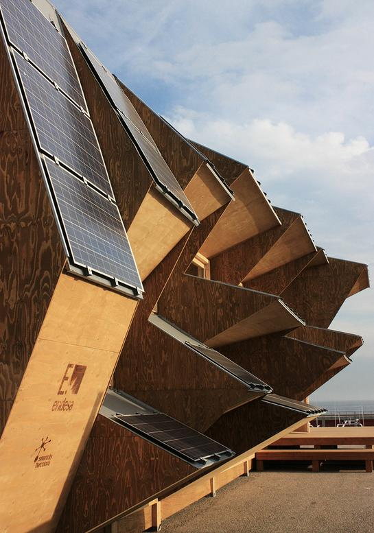 It's rare to see a building's form so adapted to maximizing renewable energy potential as is the case with the Endesa Pavilion, Solar House 2.0
