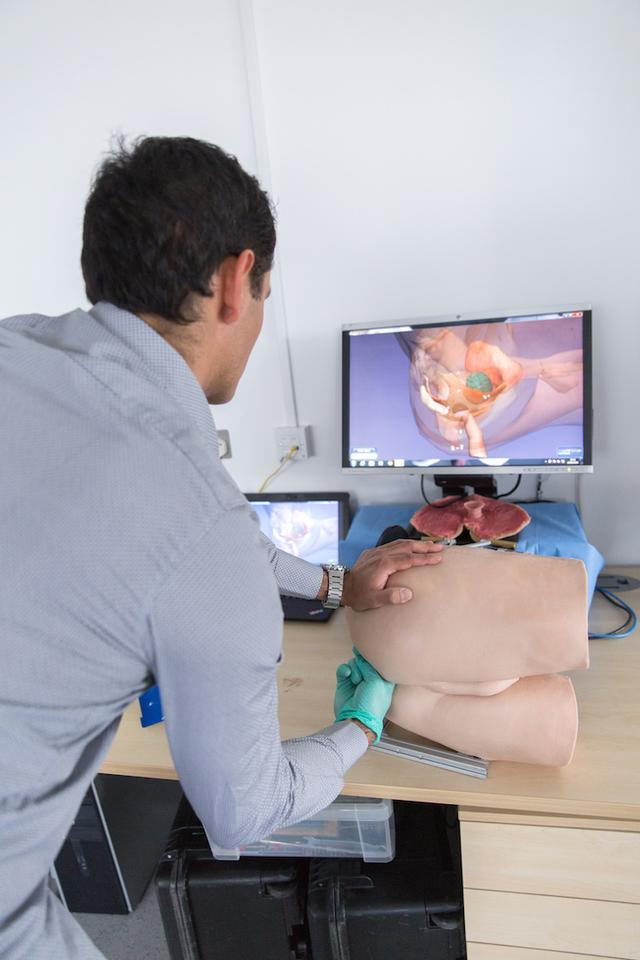 The device works with 3D imaging software that allow the student and teacher to see the anatomy of the virtual patient