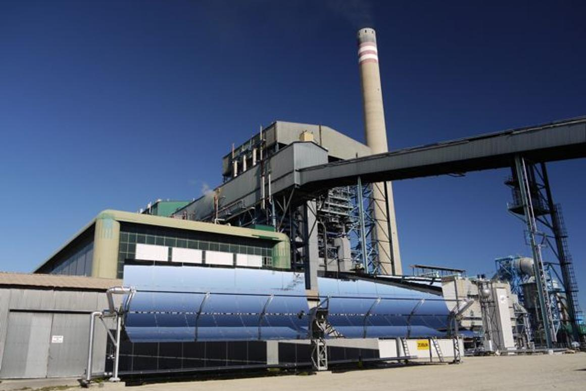 An experimental new direct solar steam generation power plant generates electricity by using the Sun's rays to heat water and create steam