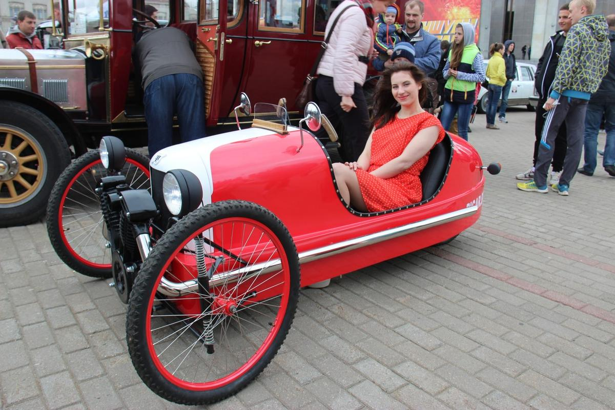 Ekomobil's pedal/electric Morgan replica on the streets of Minsk