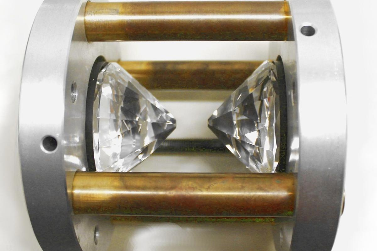 The diamond stamp cell that was used to create black nitrogen