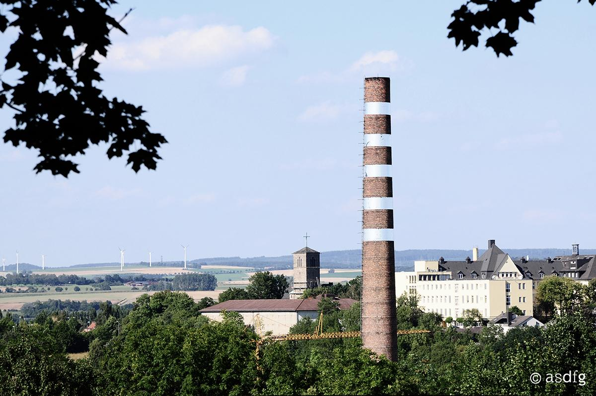 A disused smoke stack in the town of Kassel, more or less at the very heart of Germany, has undergone a peculiar transformation (Photo: asdfg)
