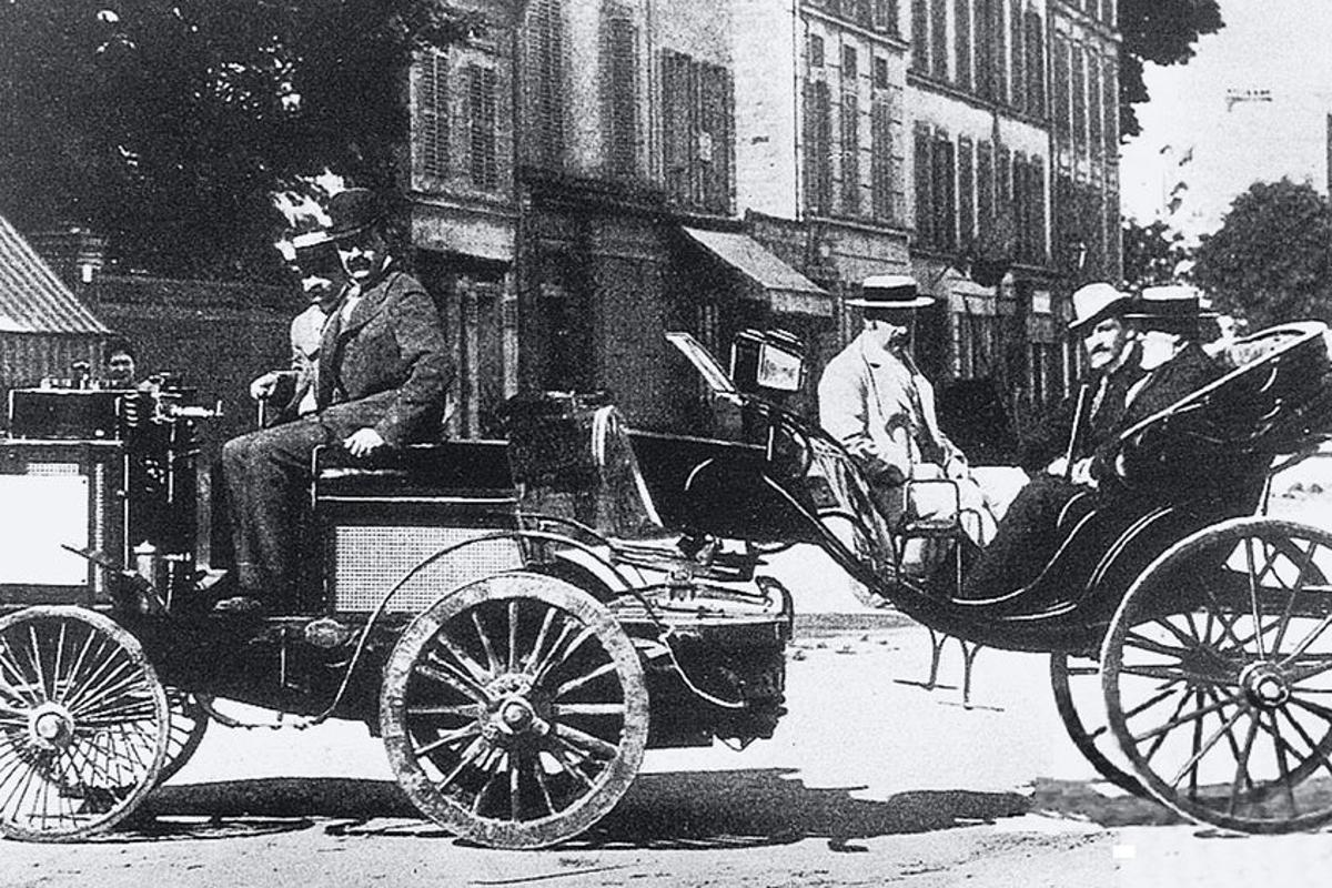 The first car to reach Rouen was a De Dion-Bouton steam tractor and single-axle passenger trailer driven by Count Jules-Albert de Dion himself, but was disqualified because it needed someone to tend the boiler