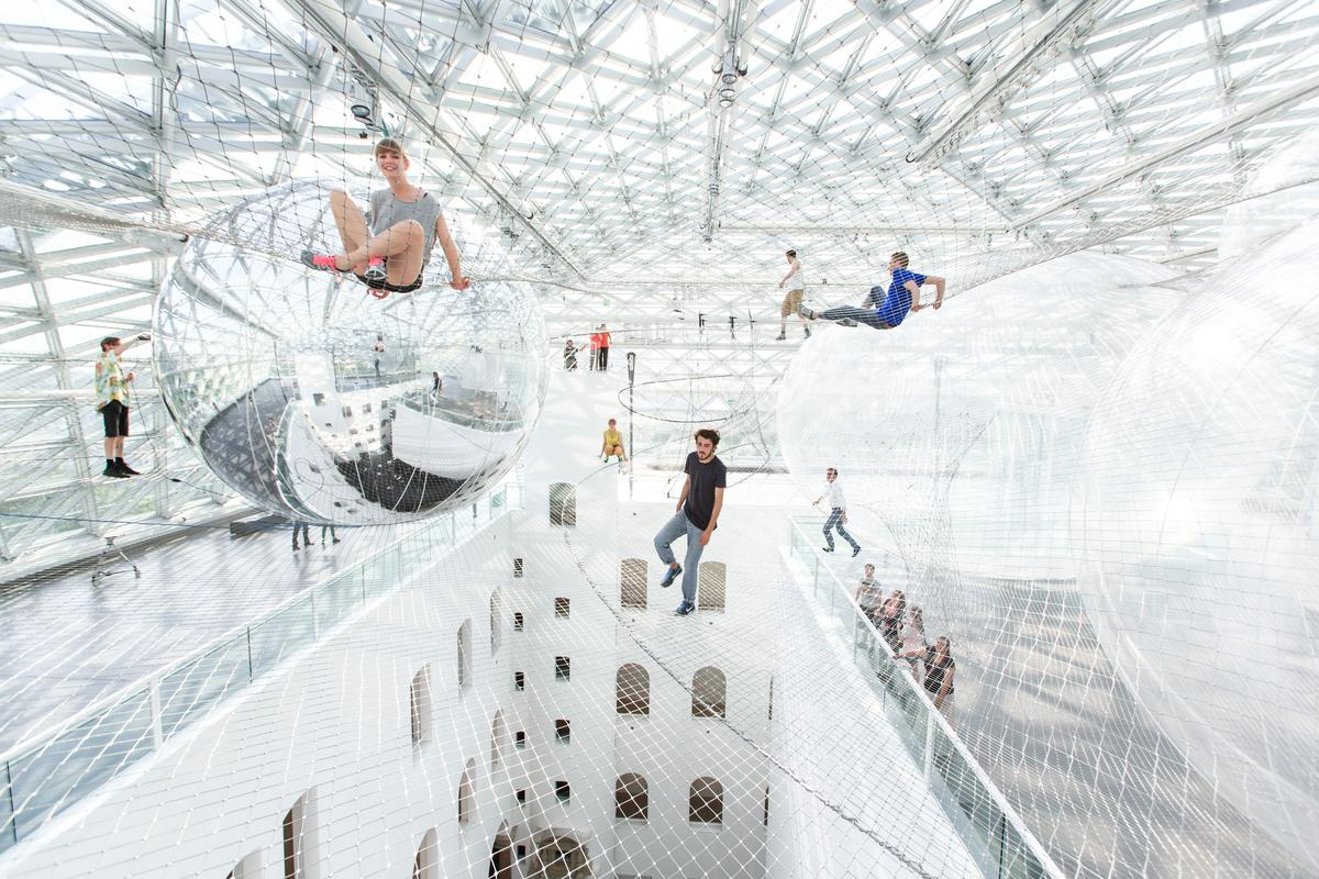 Between the nets, six inflatable PVC spheres up to 8.5 m (30 ft) in diameter, divide the space and allow visitors to move freely (Image: Studio Tomás Saraceno © 2013)