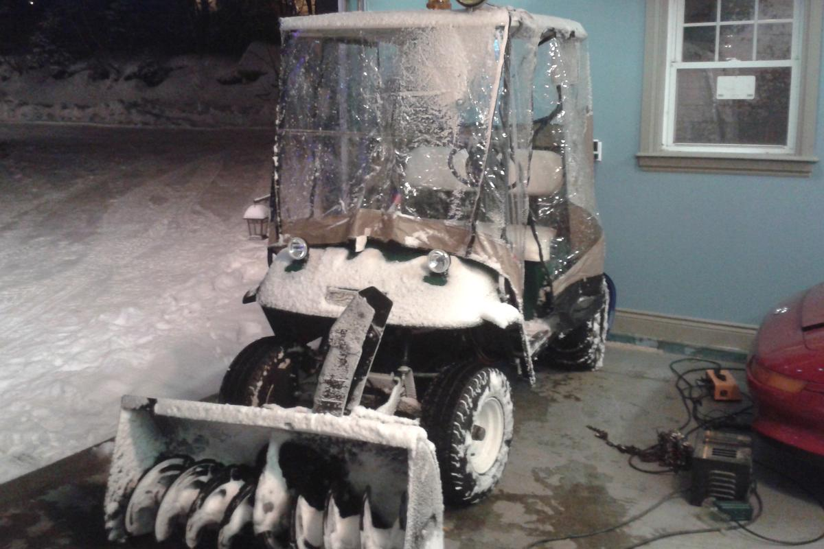 Canadian eco-enthusiast Dan Baker has converted a golf cart into an electric snow-blowing machine