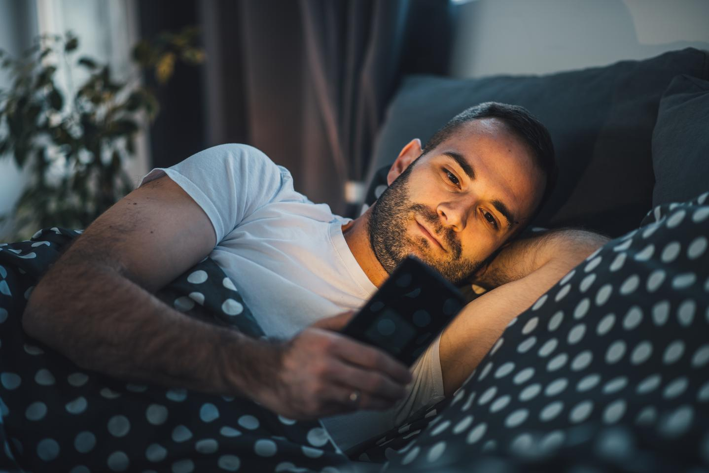 Researchers suggest smartphone night modes may not be doing much at all to improve your sleep quality