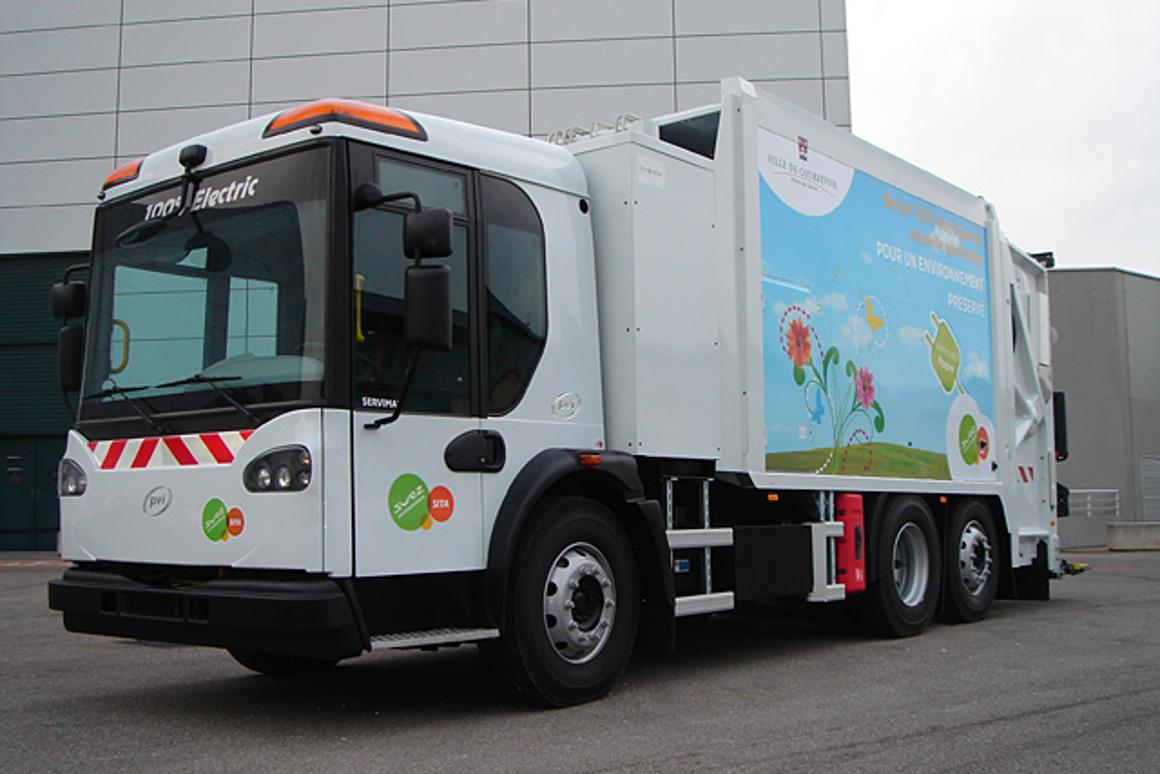 The 26-ton electric refuse truck is powered by five strings of seven interchangeable battery packs (equivalent to 250 kilowatt hours)