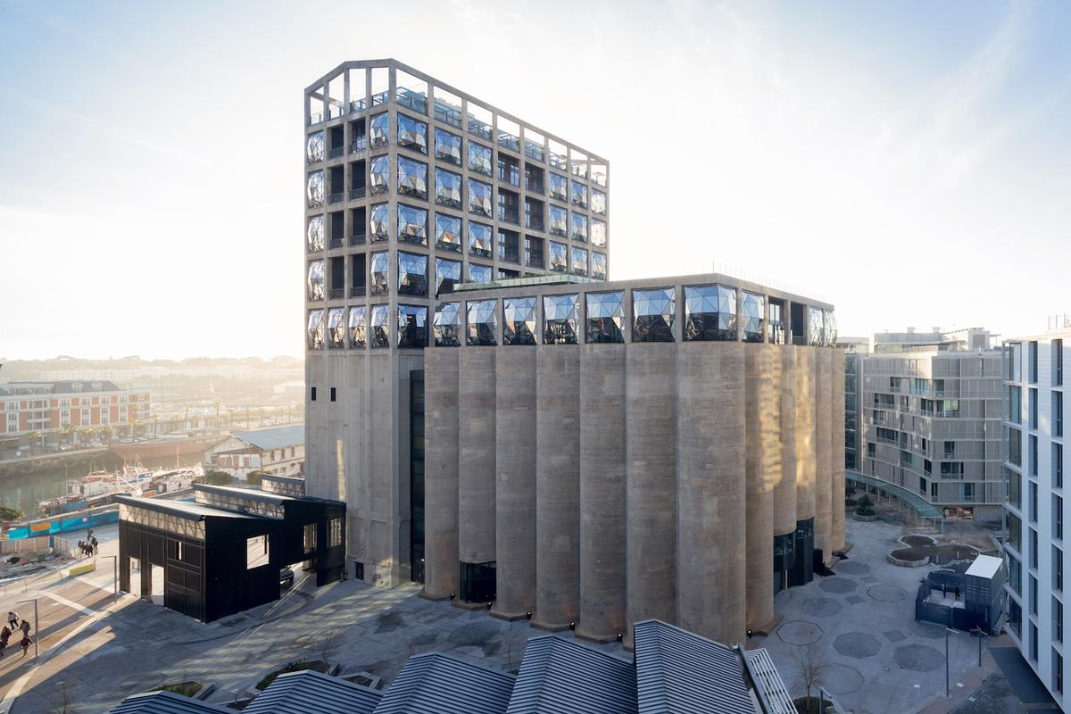 Though the Zeitz MOCAAbuilding looks like a single structure,it comprised a grading tower and 42concrete tubes inside