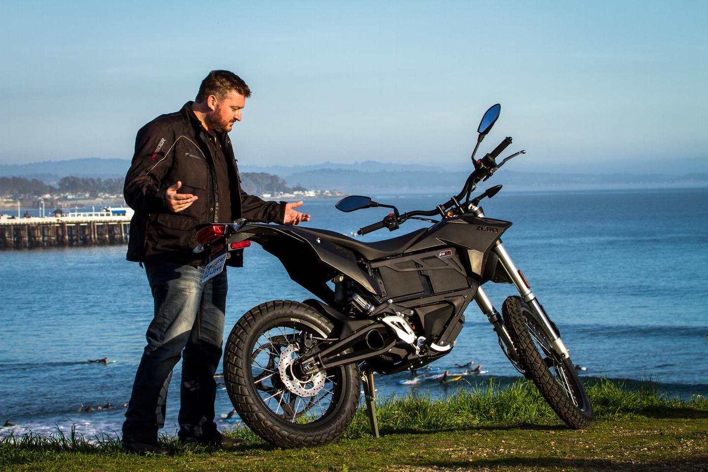 Loz with the 2015 Zero FX by the cliffs of Santa Cruz (Photo: Andrew Wheeler/AutoMotoPhoto.com)