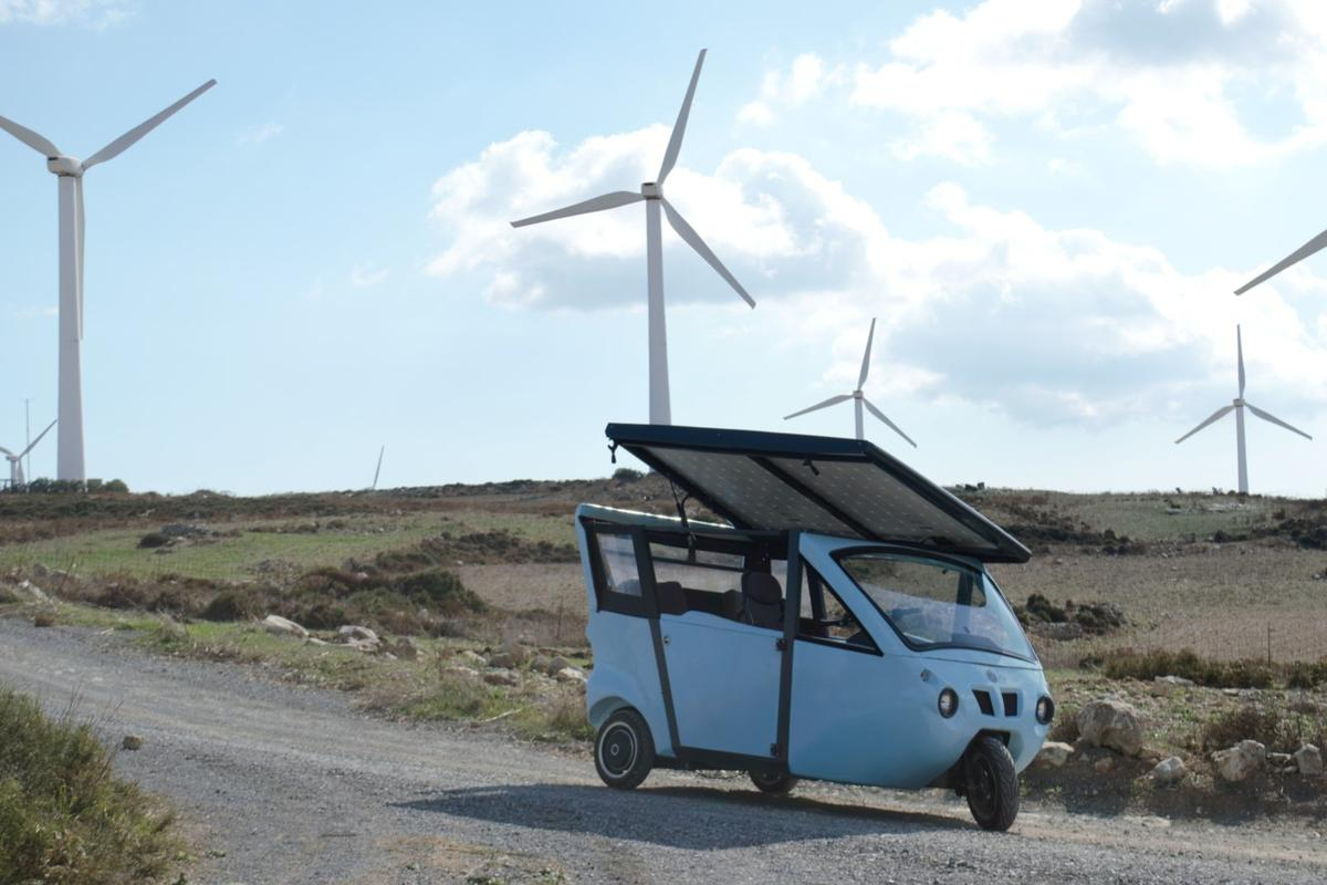 The Sunnyclist is an e-vehicle relying on the synergy of solar, pedal and battery power