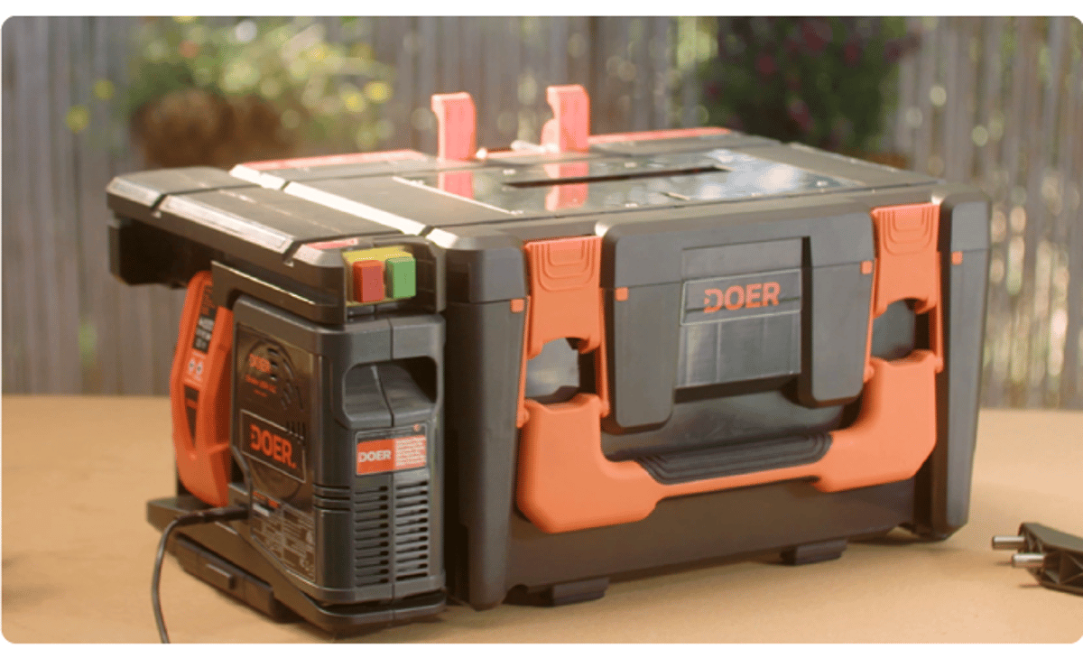 When packed up, the Doer measures 53 x 25 x 36 cm (21 x 10 x 14 in) and weighs a total of 4.5 kg (10 lb)