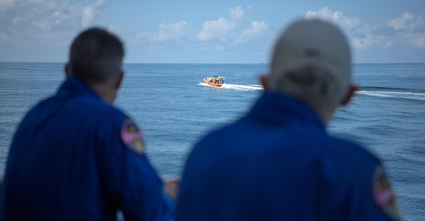 Fast boats being dispatched from the recovery ship