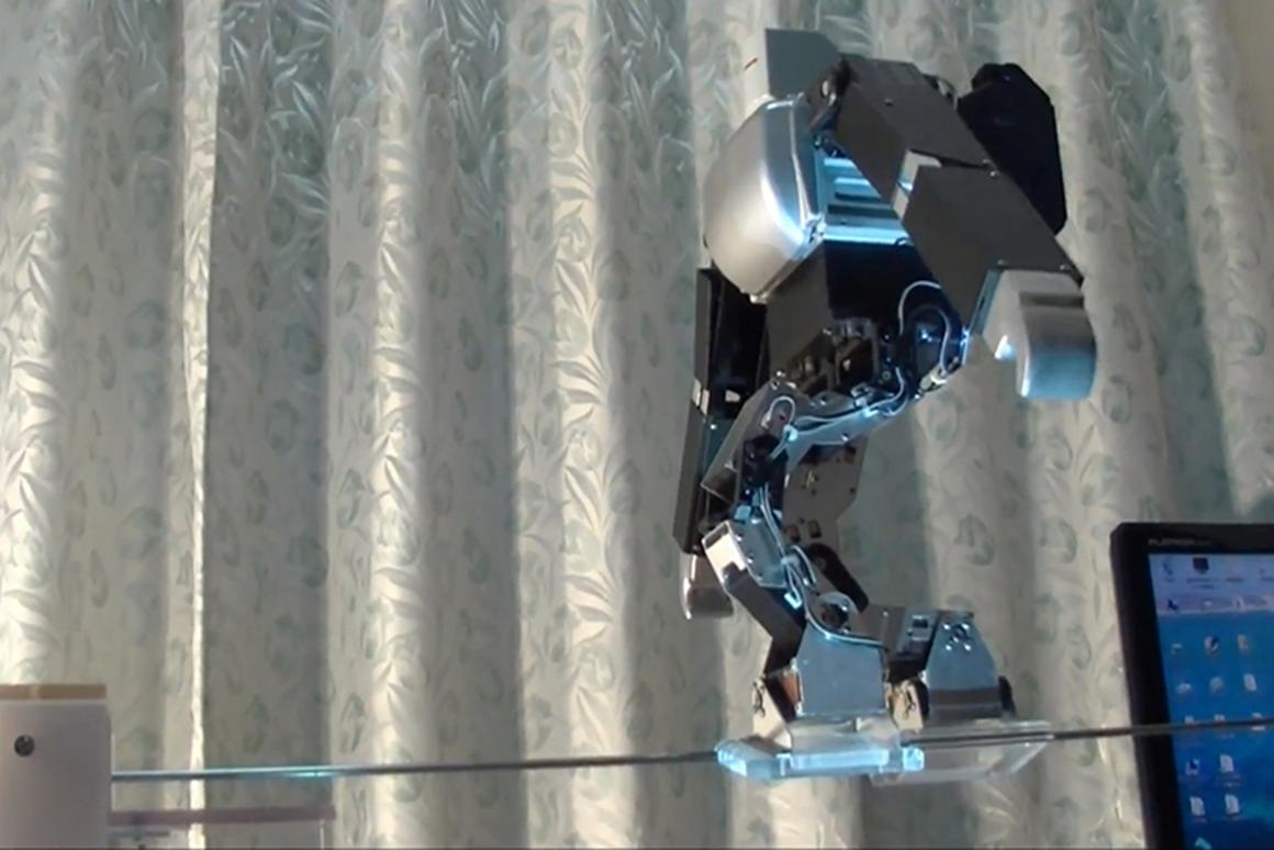 Dr. Guero's Primer-V4 robot works its way across the tightrope
