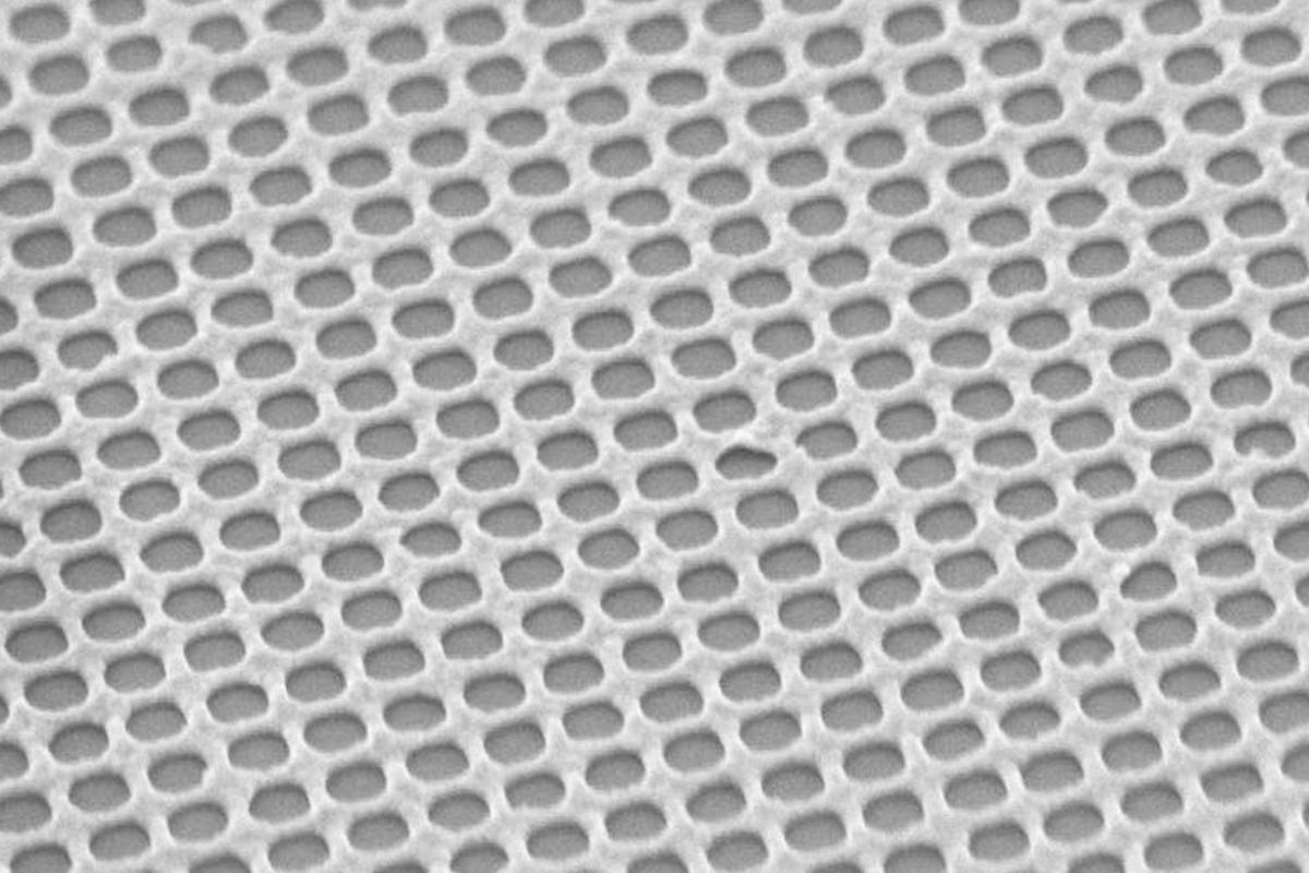 The nanoscale metal mesh that makes up the top layer of the sandwich-like PlaCSH material