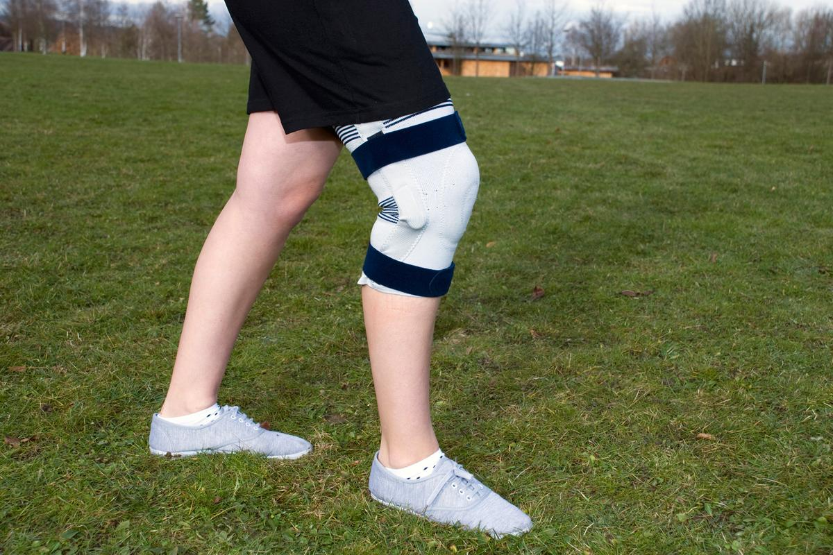 Sensors integrated into the bandage register the knee's range of movement. (Image: Fraunhofer IPA)