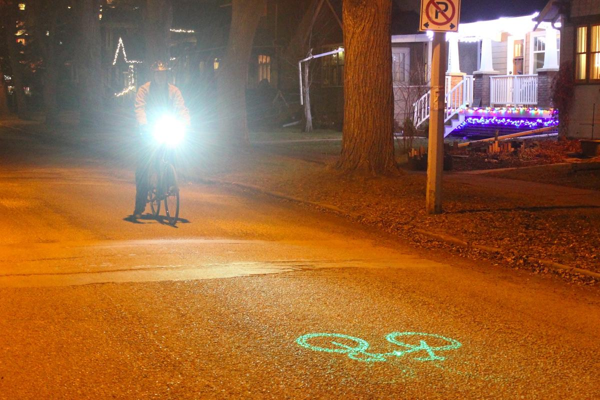 Gizmag tries out the Blaze Laserlight, which projects a laser image of a bicycle onto the road in front of the rider