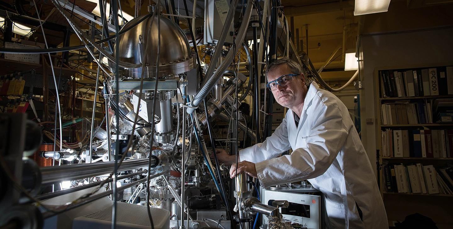 Konstantinos Giapis, with the reactor that converts carbon dioxide into molecular oxygen