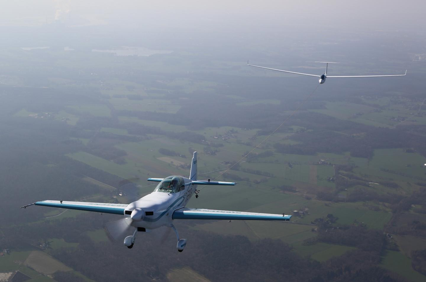 The Extra 330LE electric plane towed the type LS8-neo glider up to 600 meters in just 76 seconds