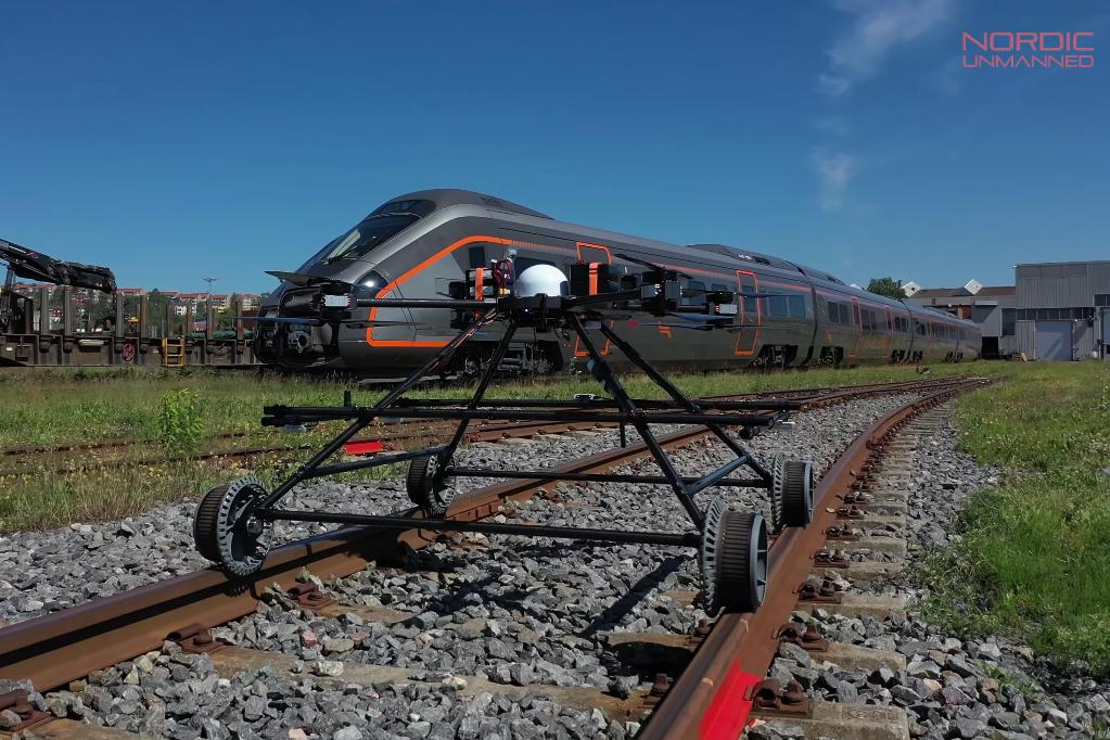 Along with recording railway data, the Staaker BG-300 can also transmit it live to administrators