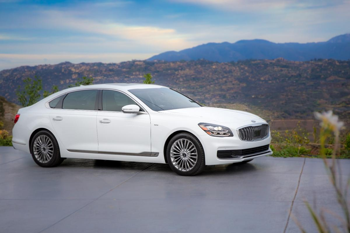The exterior styling of the 2019 K900 is very different from its previous-generation predecessor