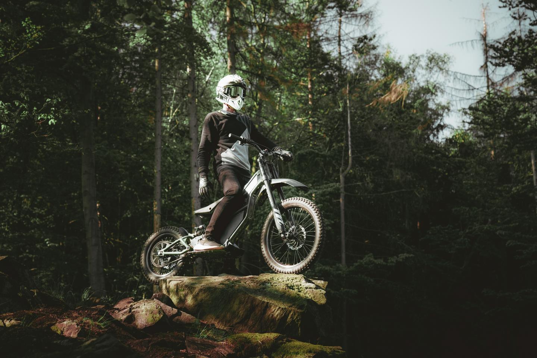 Avec des vitesses allant jusqu'à 50 km / h et une portée allant jusqu'à 120 km avec double batterie, le Kuberg Ranger promet d'être un vélo polyvalent
