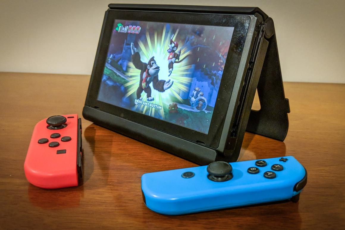 New Atlas reviews the SwitchCharge, a battery pack that extends the play time of the Nintendo Switch on the go – and adds a sturdier kickstand