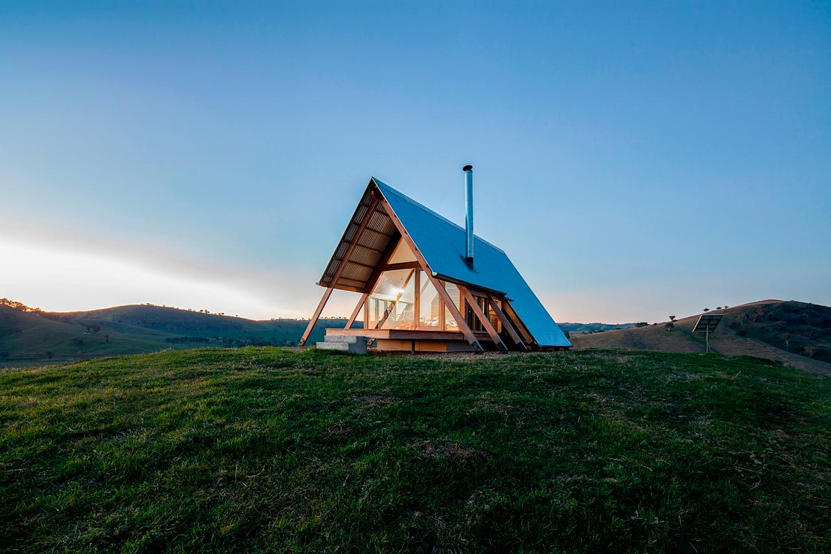 JR's Hut at theKimo Estate is located around 12 km (7.5 mi) outside the town of Gundagai in rural Australia