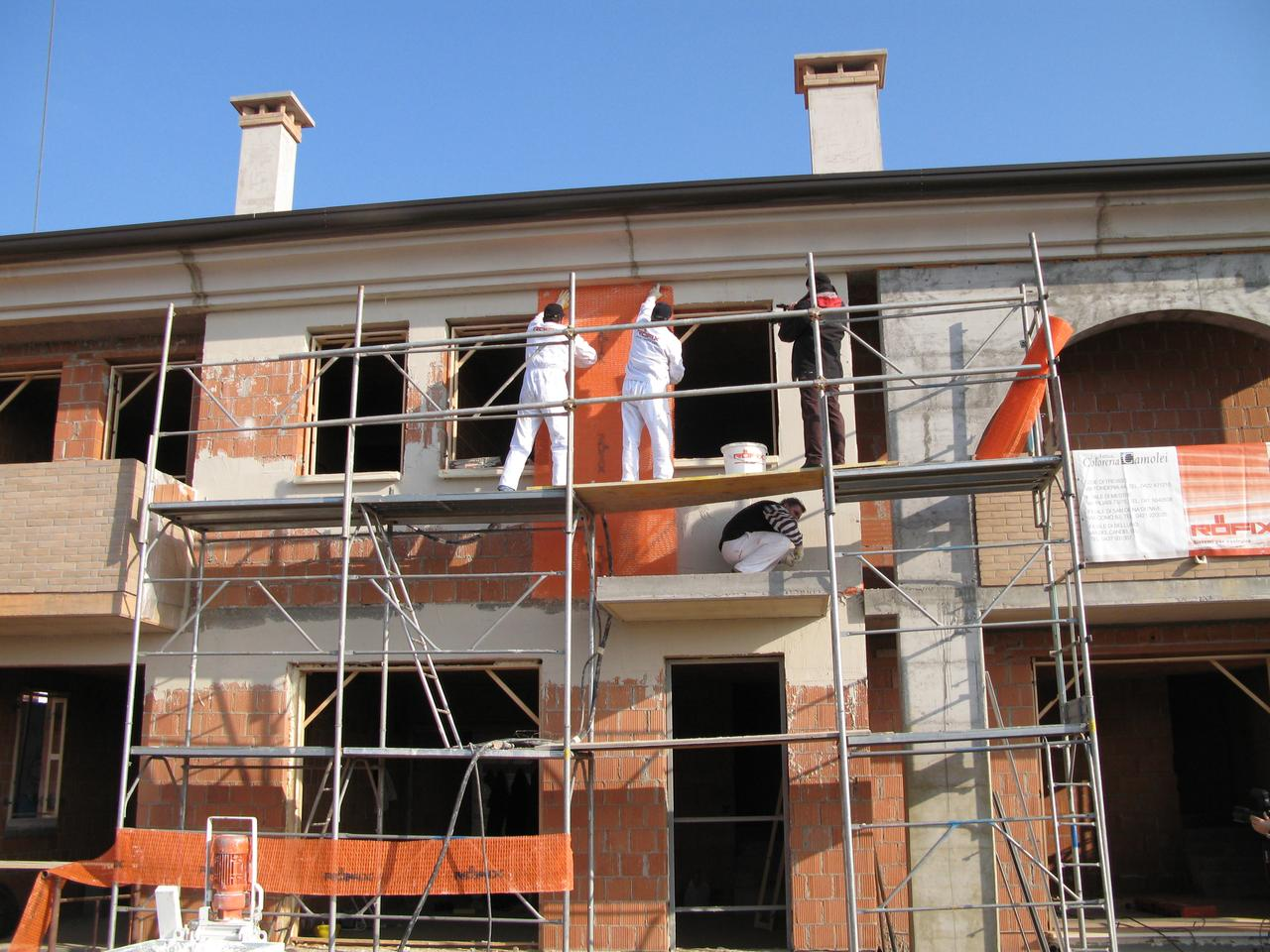 Sisma Calce being applied to a building exterior