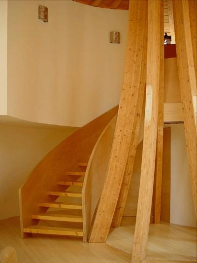 The central support an spiral staircase in a Domespace home
