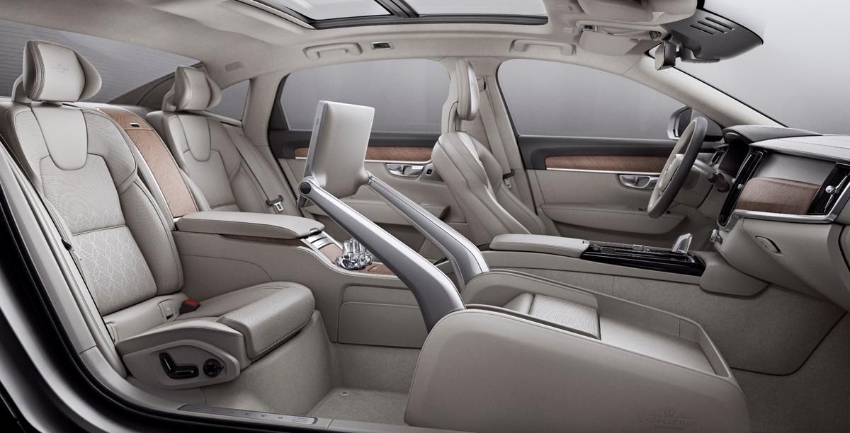 The front passenger seat in theS90Excellence is replaced by a multi-mode space thatallows backseat executivesto work, rest or play in style