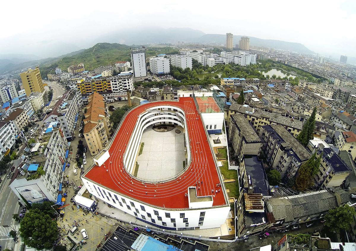 A Chinese elementary school located in Taizhou, Zhejiang has come up with an innovative way to save space by building an athletic track on its roof