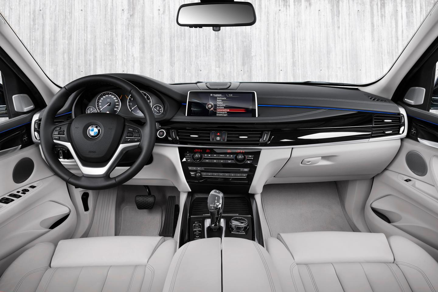 The dash of the new BMW X5 xDrive40e, modern and efficient