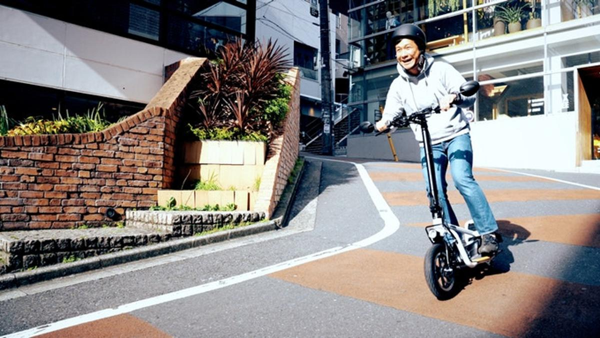 As well as having a range of up to 25 miles, the LOM X-Scooter can haul up to 220 lbs of gear