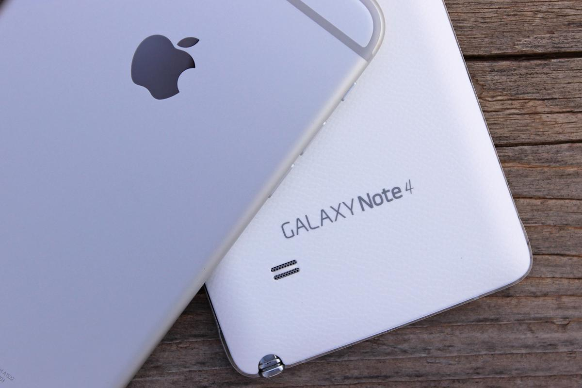 Gizmag goes hands-on to help you decide between the iPhone 6 Plus and Galaxy Note 4 (Photo: Will Shanklin/Gizmag.com)