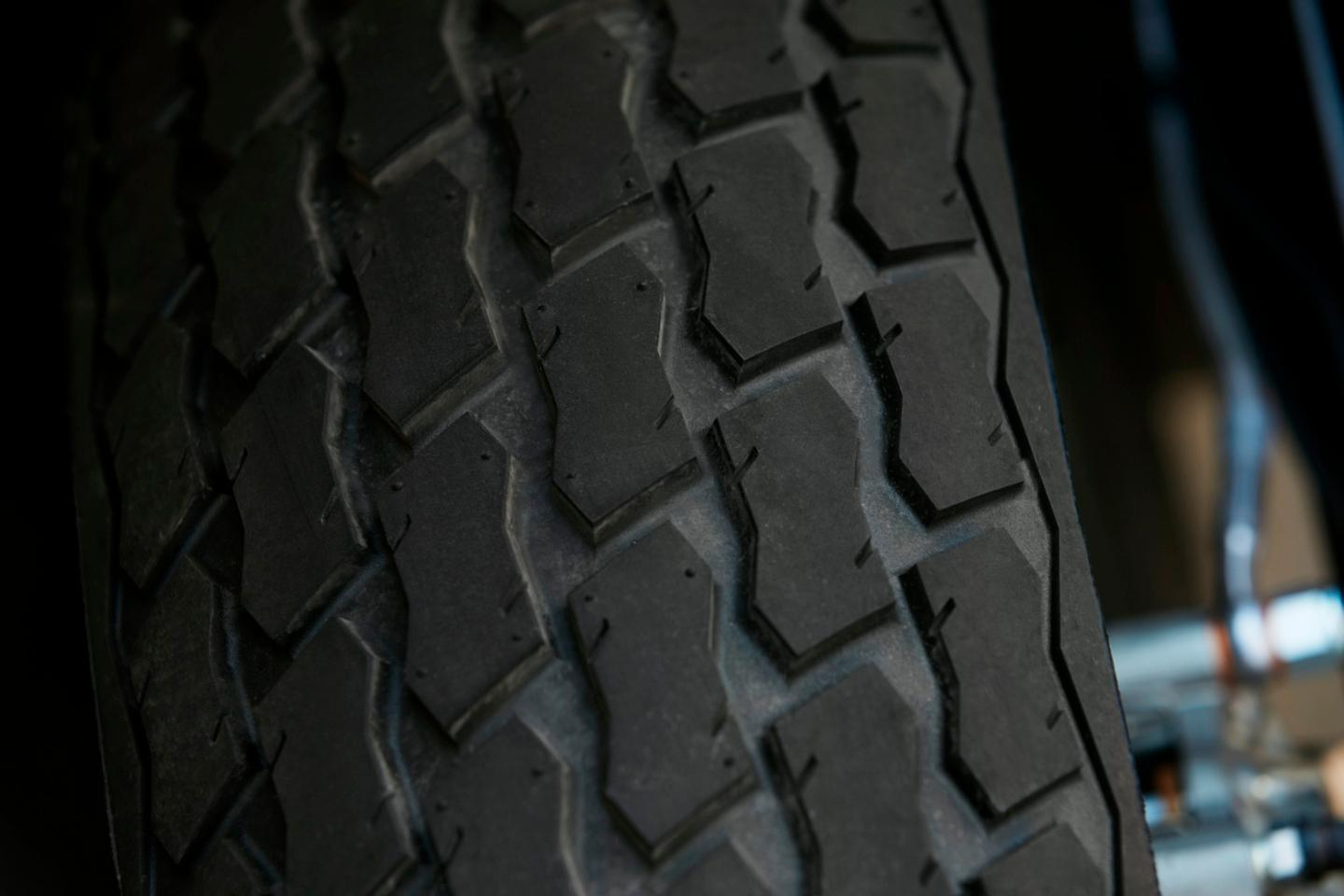 Indian FTR1200: tires are custom developments with Dunlop, emulating the look of flat track tires but with an emphasis on road grip