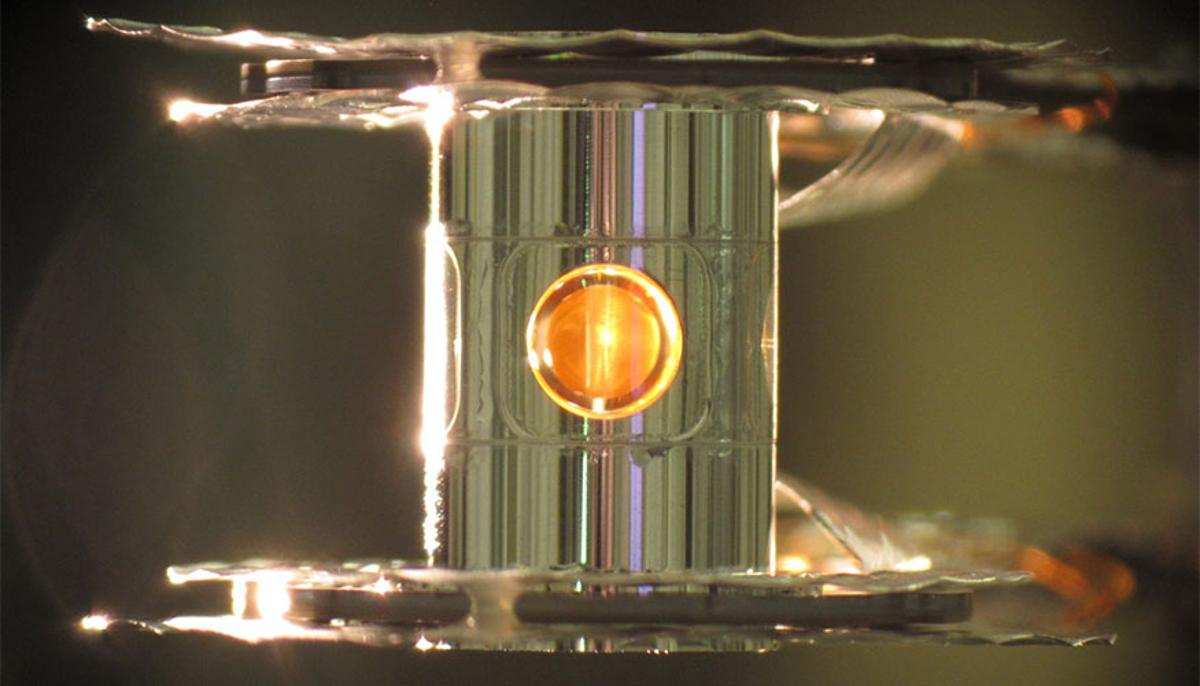 A metallic case called a hohlraum holds the fuel capsule for the NIF experiments (Photo: Eduard Dewald/LLNL)