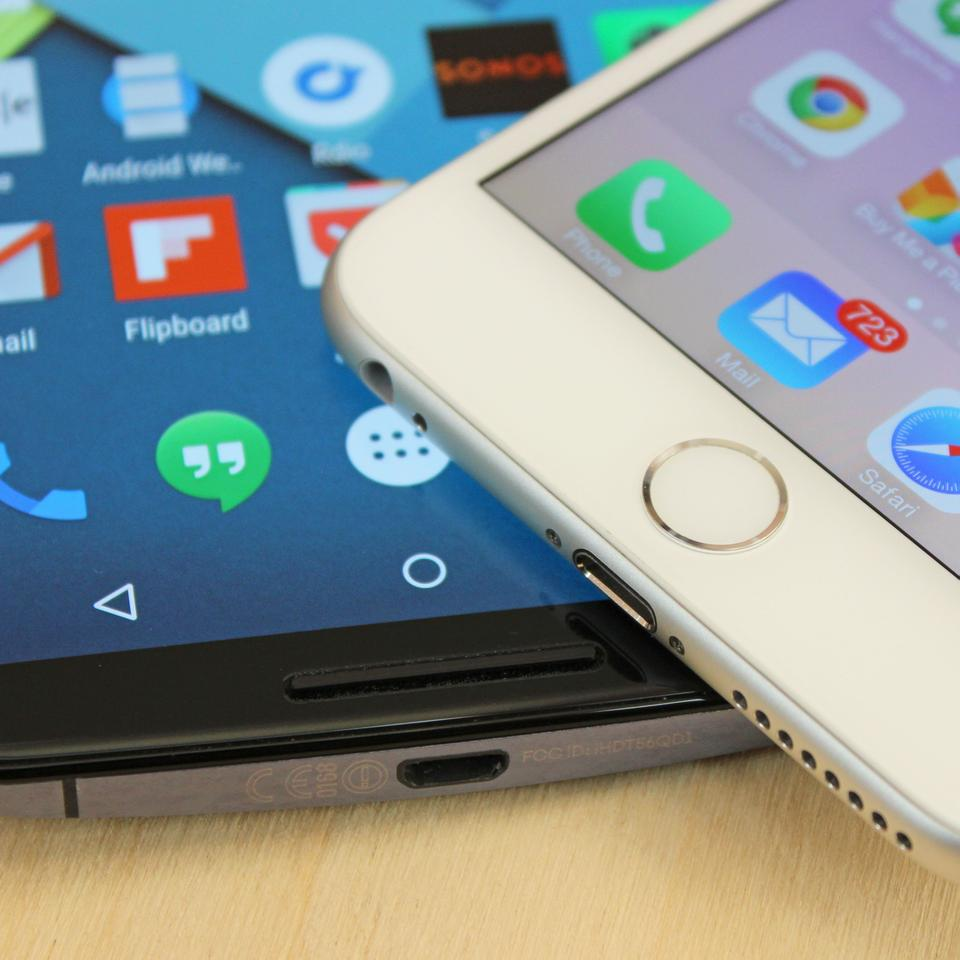 The iPhone 6 Plus (right) has a fingerprint sensor home button (Photo: Will Shanklin/Gizmag.com)