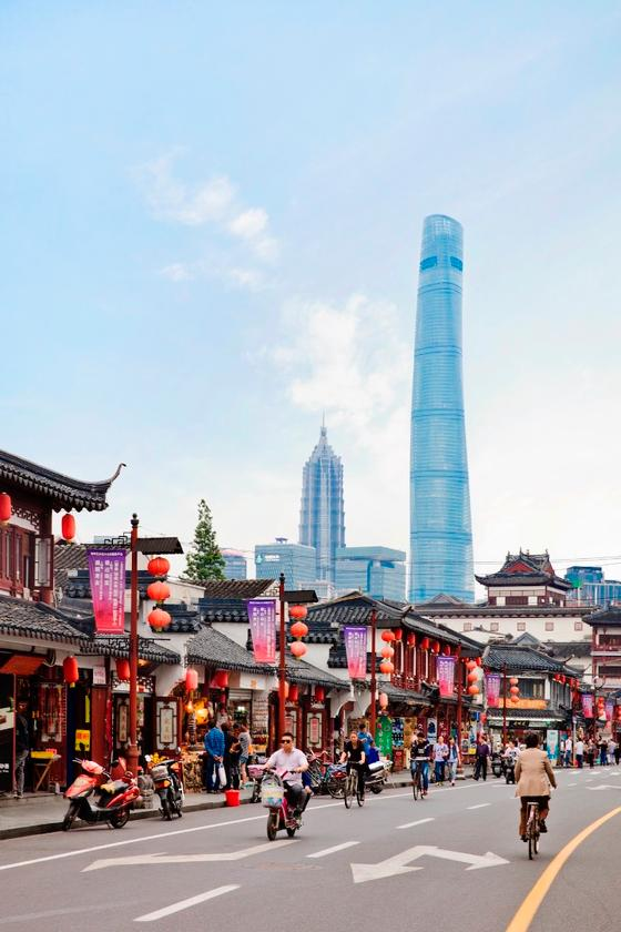 The Shanghai Tower has an elegant design thattwists a full 120 degrees to mitigate the effects ofpunishing winds