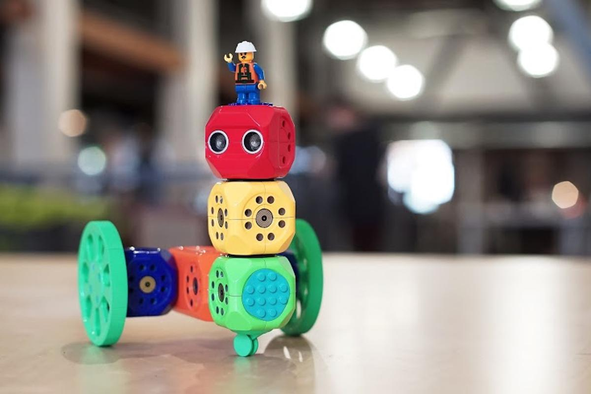 The Wunderkind marries Lego block-building skills with smartphone and tablet use to build and program custom, modular robots