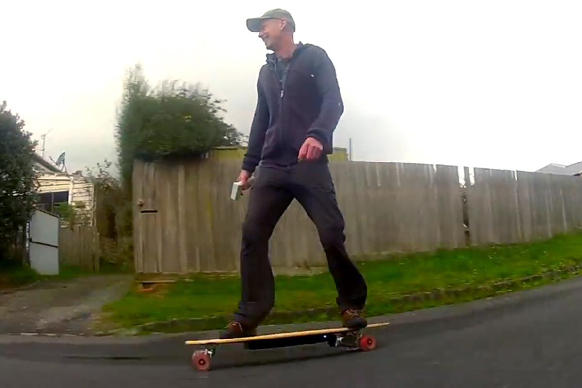 Gizmag's Noel McKeegan hits the streets on the Evolve electric skateboard