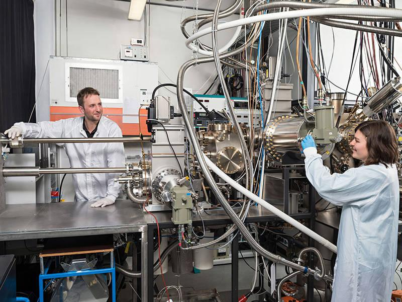 Benedikt Mayer and Lisa Janker at the epitaxy facility at the Walter Schottky Institute, TUM