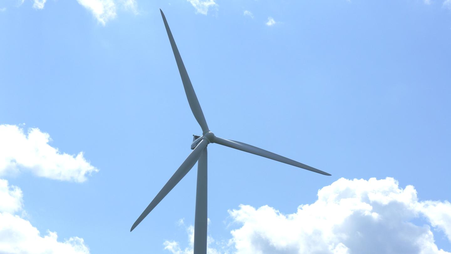An 845 megawatt wind farm to be built in central Oregon has received support from the DOE