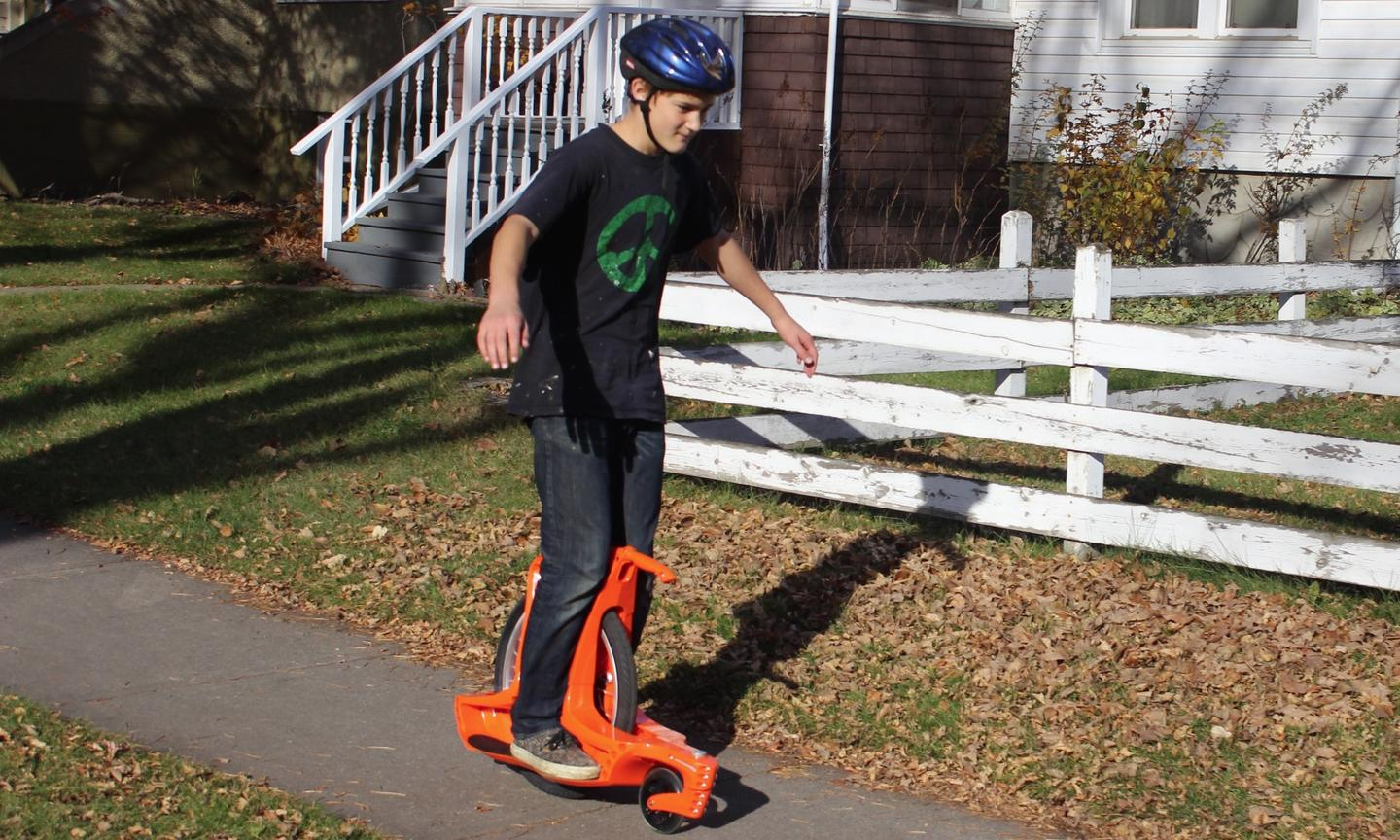 The Gauswheel has a sturdy ABS body with a 20-inch bicycle-style wheel in the back, and a swiveling 6-inch polyurethane roller blade-like wheel in front