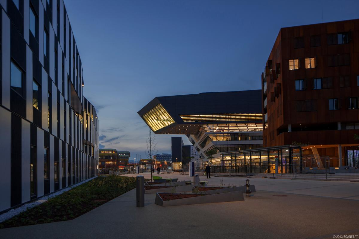 View along the main pedestrian route with buildings by Hitoshi Abe (left), BUSarchitektur (right) and Zaha Hadid (center) (Image: Campus WU/boanet)