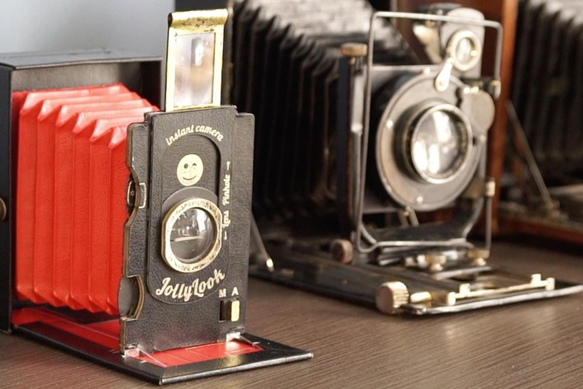 Made of recycled paper and cardboard, theJollylook instant cameraclosely mimics the appearanceand (simplified) functionality of antique folding cameras