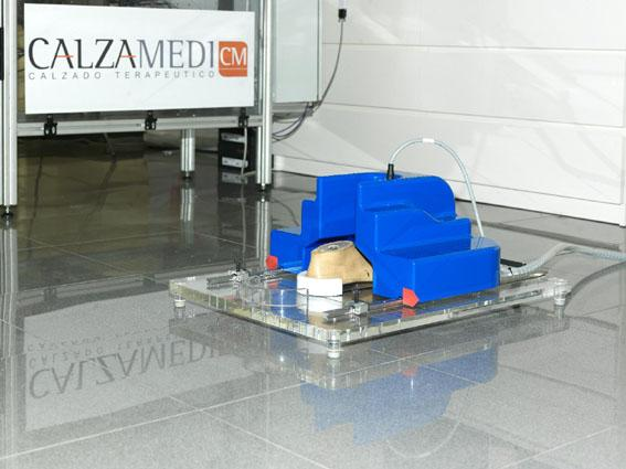 A prototype of the ShopInstantShoe system's Shoptool shoe-molding machine (Photo: IBV)