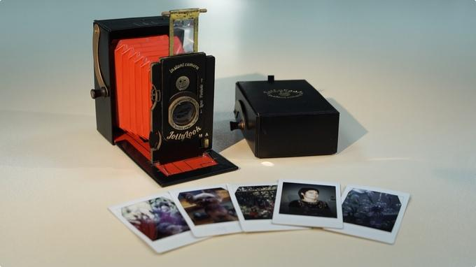 Jollylook uses the Fujifilm Instax Mini instant film cartridges, which load into the rear of the camera