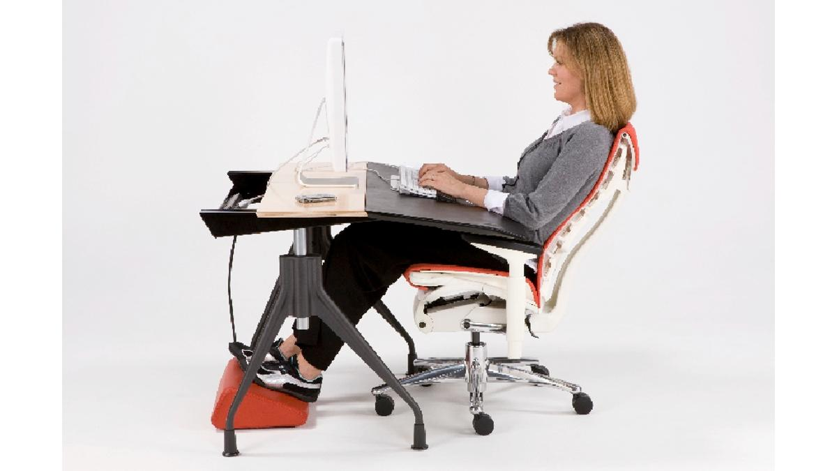 Working in conjunction with an ergonomic chair, the Envelop desk offers users comfort, reduces the risk of injury and is said to help increase productivity